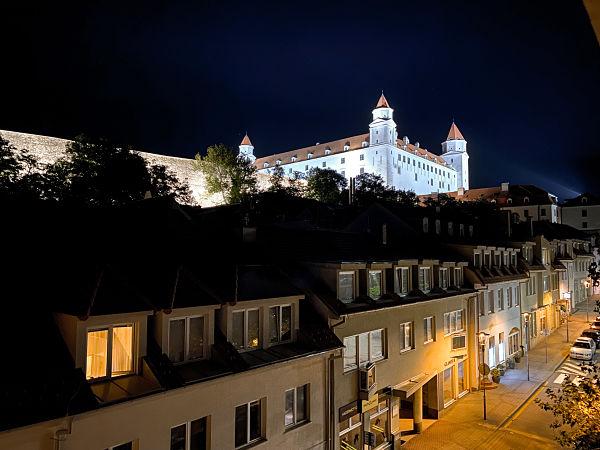 castillo-bratislava-noche-iris-apartment